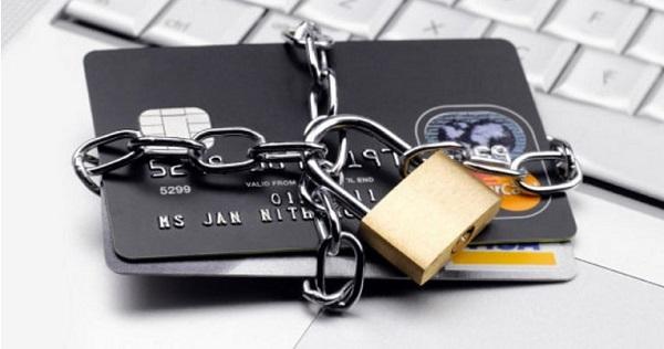 Арест банковской карты: кому грозит и что делать